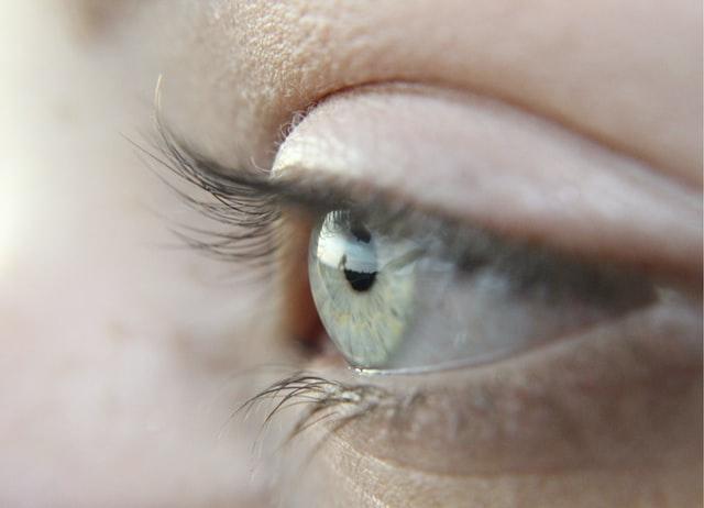 עיניים בהירות עם עדשות