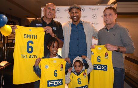 """דווין סמית, כוכב מכבי ת""""א בכדורסל, חוגג את הצטרפותו להיכל התהילה עם אודי רקנטי ודיויד פדרמן"""