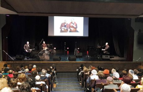 """700 משתתפים צפו בהצגה """"האחים אסנר"""" במופע הסיום של חודש האזרח הוותיק בגבעת שמואל"""