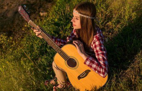 """גיטרה לילדים – איך לא """"ליפול בפח""""?"""