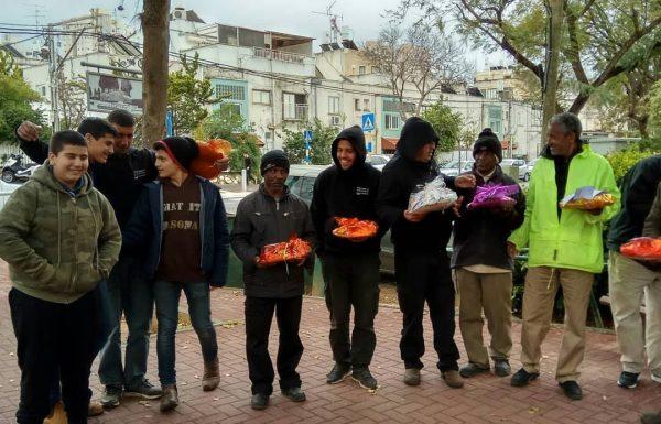 איש לרעהו: מועצת הנוער העירונית חילקה משלוחי מנות למנקי הרחובות בעיר