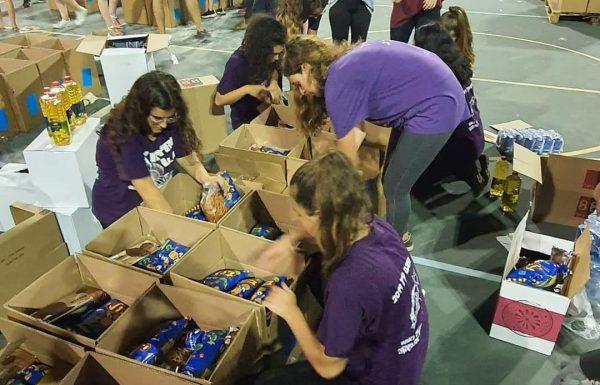 """מאות מתנדבים לקחו חלק במבצע החלוקה של עמותת """"אילני חסד"""" לראש השנה"""