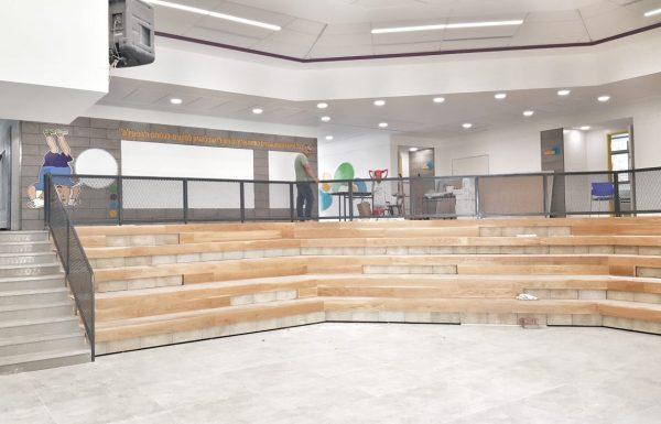 """כיתות חדשות, מרחבי למידה ואמפי כינוסים מחופה עץ – מה פגשו תלמידי ביה""""ס בן גוריון ביומה הראשון של שנת הלימודים החדשה?"""