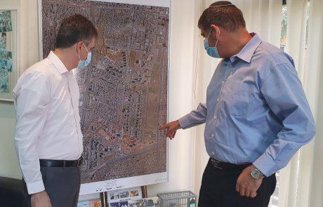 שר המודיעין אלי כהן ביקר בגבעת שמואל ונפגש עם ראש העיר יוסי ברודני