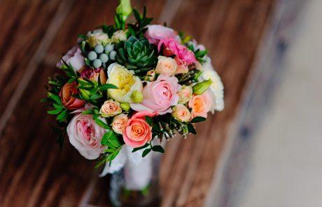 איך תהפכו זר פרחים למתנה מושלמת