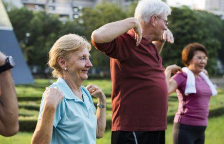 """בניגוד להנחיות המשטרה ומשרד הבריאות: במתנ""""ס החלו בקיום פעילות התעמלות לבני הגיל השלישי – בפארקים הציבוריים"""
