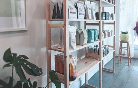 מדפי עץ למחסן ולבית – פריט שימושי ועיצובי